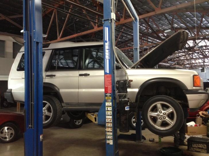 Alces - Un Land Rover Discover II que se arregla