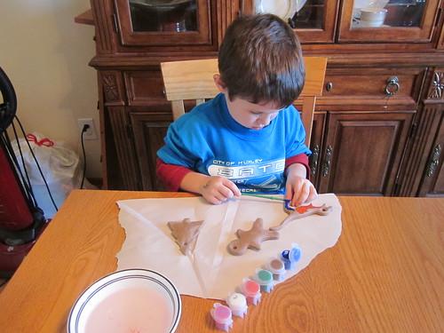Niño pintando un adorno
