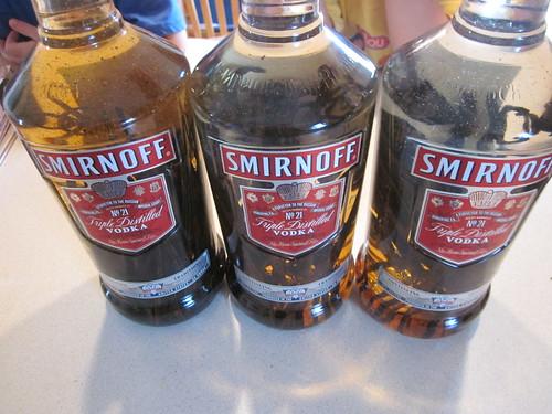 Tres botellas, con la izquierda ya coloreada