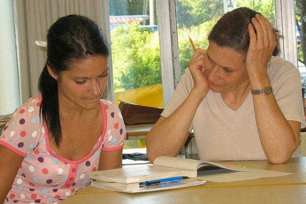 Mamá ayudando a la hija con la tarea