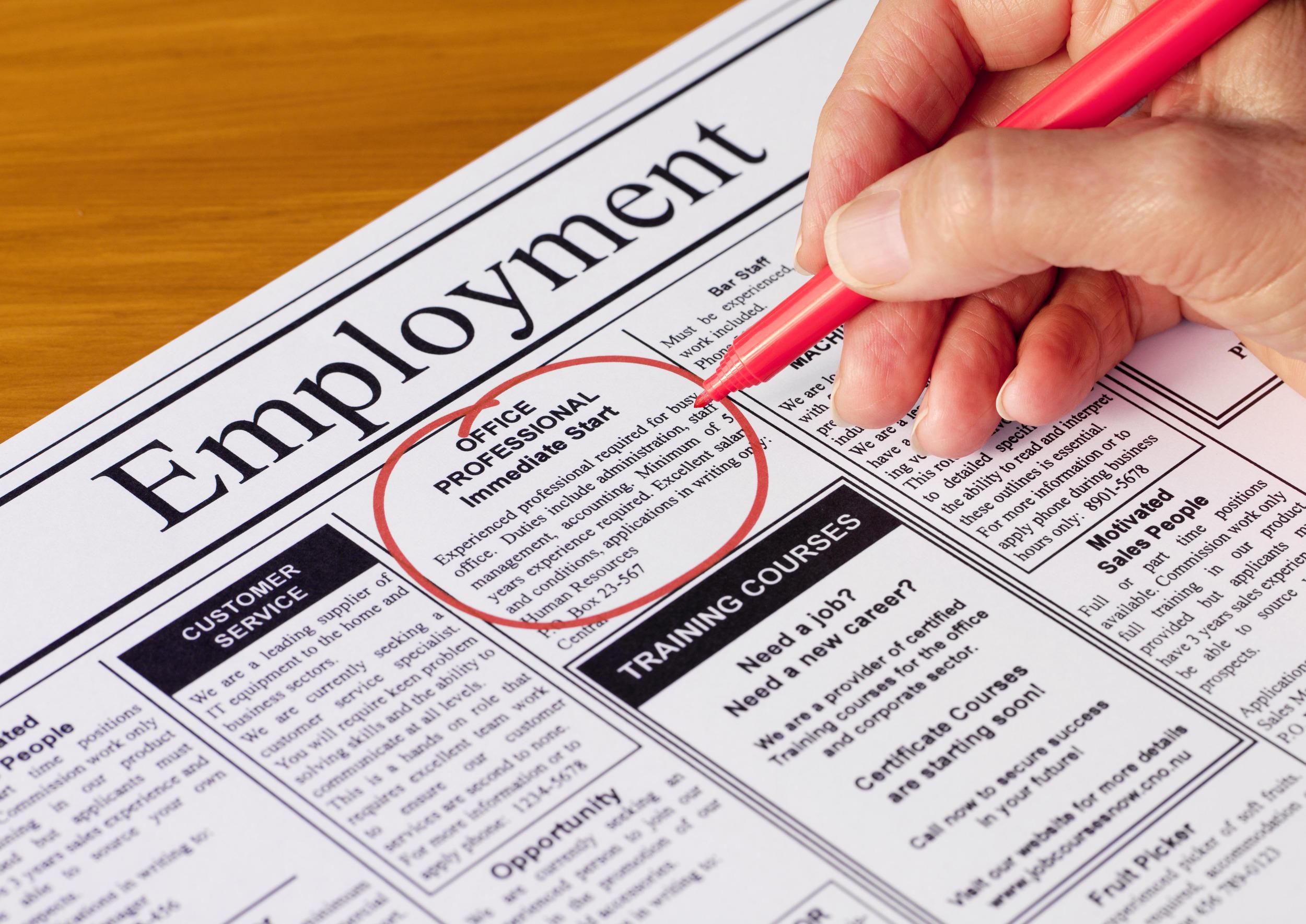 Cómo escribir una carta de presentación para un anuncio de trabajo en un periódico de solicitud de empleo