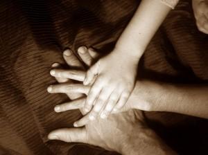 """hands1 """"width ="""" 300 """"height ="""" 224 """"srcset ="""" https://ganardineroporinternet.me/wp-content/uploads/2019/09/¡Se-te-permite-tener-solo-un-hijo.jpg 300w, https: //www.mrmoneymustache. com / wp-content / uploads / 2014/09 / hands1-200x149.jpg 200w, https://www.mrmoneymustache.com/wp-content/uploads/2014/09/hands1-1024x764.jpg 1024w, https: // www.mrmoneymustache.com/wp-content/uploads/2014/09/hands1.jpg 1296w """"tamaños ="""" (ancho máximo: 300px) 100vw, 300px """"/> Fue una noche negra y helada, en algún momento de la muerte de invierno 2007. Estaba en la mecedora sosteniendo a mi bebé, que tenía aproximadamente un año en ese momento. Le estaba ofreciendo una botella y sabía que necesitaba comida, pero estaba molesto y había estado gritando durante gran parte de la noche. Mi esposa y yo habíamos estado cambiando los turnos de bebés como de costumbre para que cada uno de nosotros pudiera dormir media noche, lo cual es una táctica muy útil ya que la etapa de privación del sueño de criar a un hijo puede durar más de un año.</p><div class='code-block code-block-2' style='margin: 8px auto; text-align: center; display: block; clear: both;'> <div data-ad="""