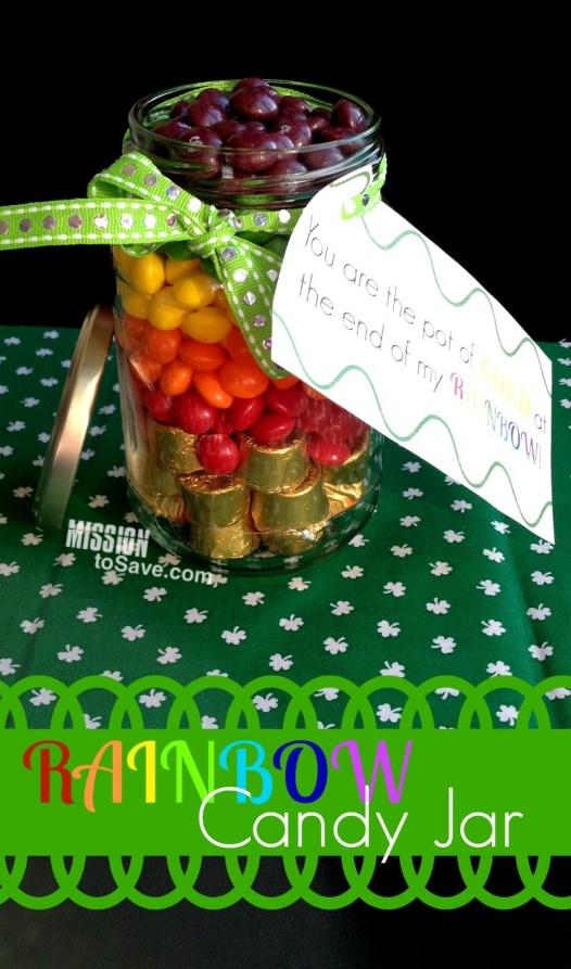 frasco con arcoíris y caramelos dorados para que parezca una olla de oro con la etiqueta de regalo imprimible de la familia Día de San Patricio