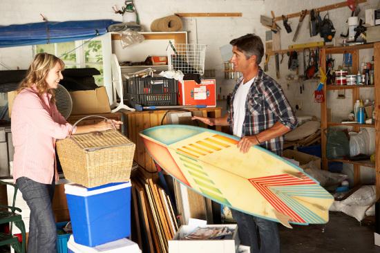 Pareja discutiendo qué vender en venta de garaje