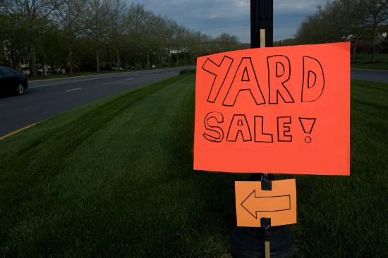 Signo de venta de garaje naranja brillante