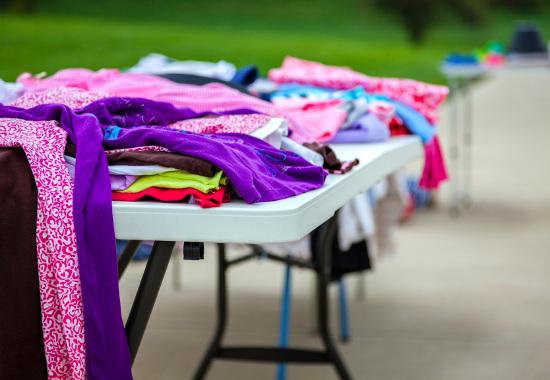 Mesa plegable con ropa en venta