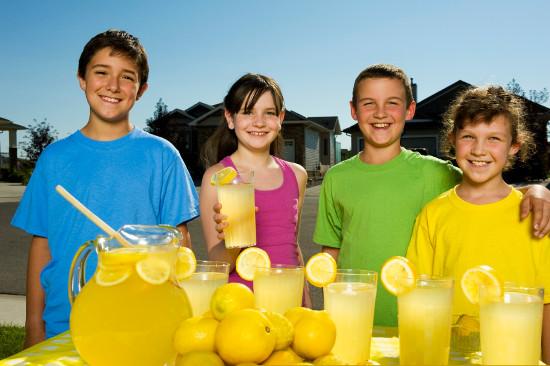 Niños en el puesto de limonada