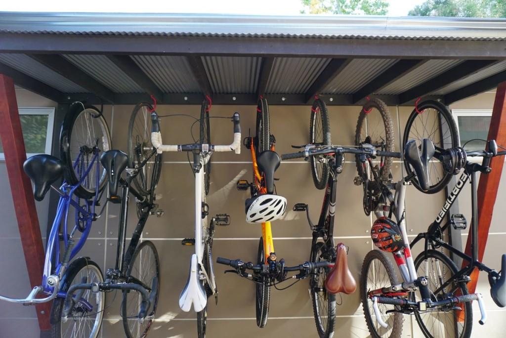Siete bicicletas que ahora pueden permanecer secas sin ocupar un espacio interior precioso.