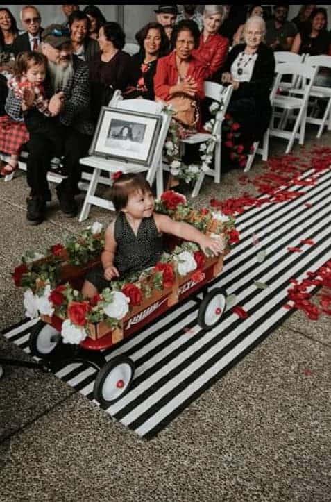 niña de las flores y diy carro rojo con flores