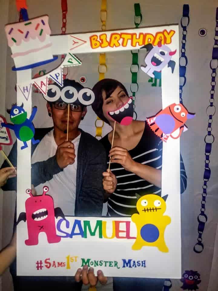 Mi hermana y mi cuñado disfrutando del fotomatón que hice para la fiesta.