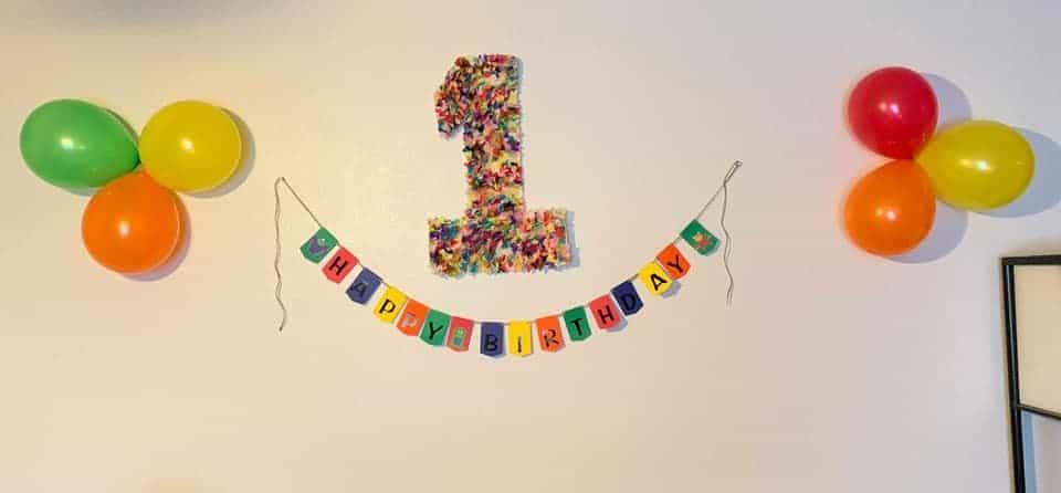 La pancarta del monstruo del feliz cumpleaños y el número uno que hice con restos de cartón de espuma y papel de seda.