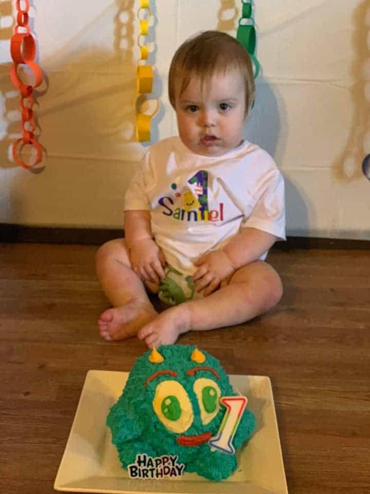 Mi hijo sentado detrás de su monstruo smash cake.