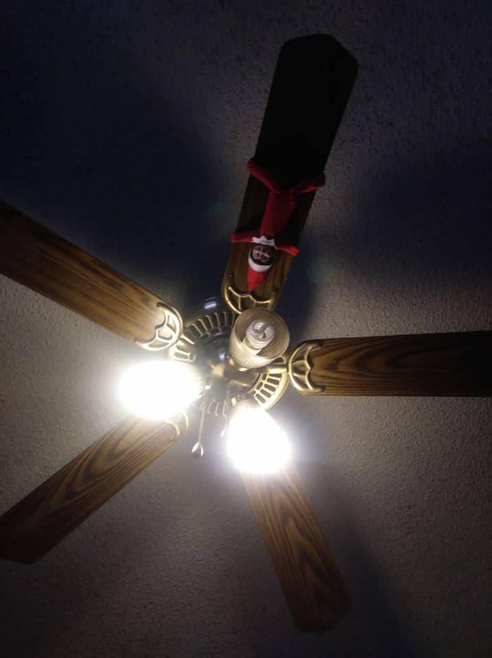 Envuelto alrededor del ventilador de techo.