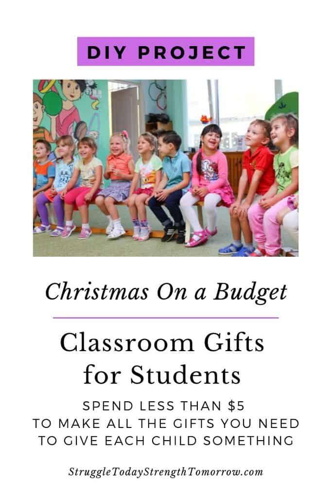 proyecto de bricolaje. Navidad en un presupuesto? Regalos de aula para estudiantes. Gaste menos de $ 5 para hacer que cada niño sea algo especial. Haga clic para ver esta increíble idea de regalo de bricolaje. #DIY #christmas #budget #frugalliving #christmasgifts #presents #classroom #DIYGifts