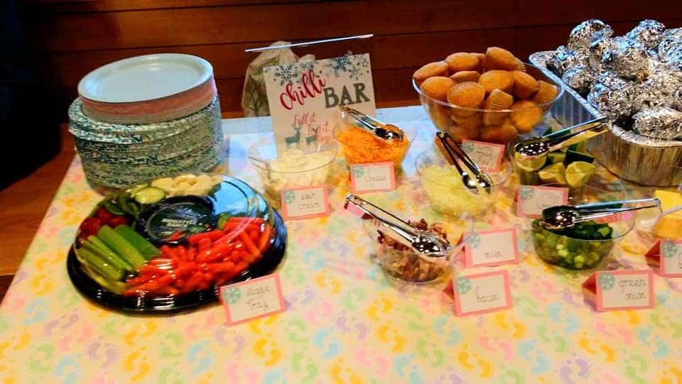 Baby shower temático de invierno en un presupuesto. $ 100. Bar de chiles establecido en la fiesta. se ve muy bien. Opción de comida asequible.
