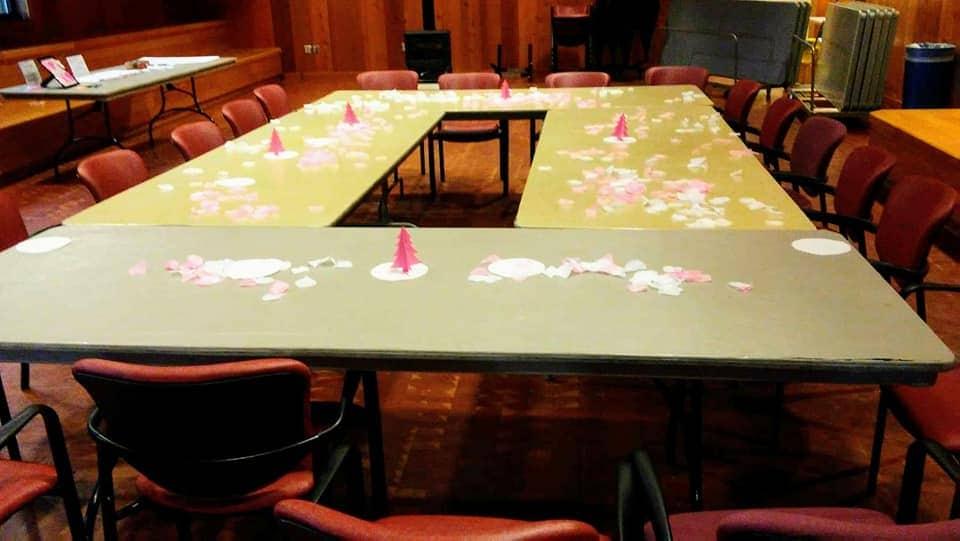 baby shower temático de invierno en un presupuesto. decoraciones de mesa, pequeños árboles, tapetes y pétalos de flores. lindas y baratas ideas de centro de mesa.