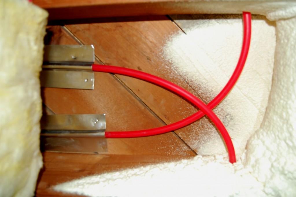 Aquí está el final de una bahía de viguetas. Tubo, placas difusoras de aluminio (opcional), bloques de aislamiento R-13 debajo (esencial)