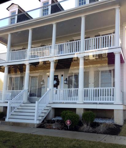 Este es el estilo que estamos buscando. Nos encantó esta casa. Y se enfrenta a un lago.