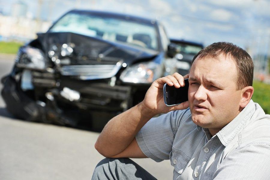 Adulto molesto conductor hombre discutiendo en el teléfono móvil frente a au