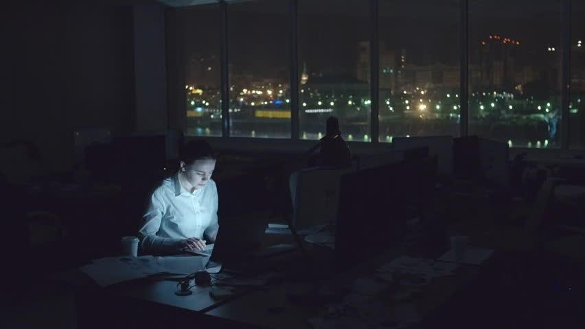 Trabajo de escritura independiente trabajando en la oscuridad