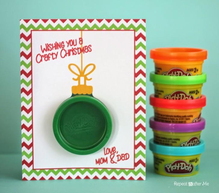 Espero recrear algo como esto Tarjeta de regalo Play-Doh Ornament presentada en repeatcrafterme.com usando mi cartulina y mi máquina de circuito. Gracias Sarah por la idea!