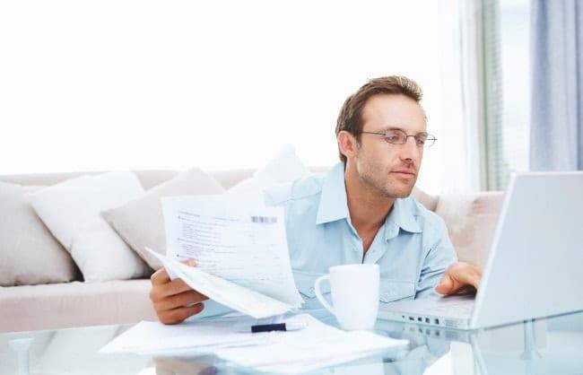 Hombre usando la computadora en casa