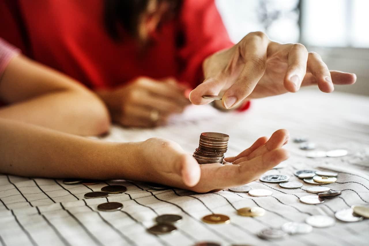 ¿Busca consejos y trucos para ahorrar dinero? Estos 250 consejos e ideas para ahorrar dinero son para usted. Encuentre grandes ideas para ahorrar dinero en todas las áreas de su vida en este momento, incluidas las formas de ahorrar dinero en comestibles, alimentos, automóviles, niños, teléfonos celulares, entretenimiento y dejar de gastar dinero en cosas innecesarias. ¡Estos son tan fáciles que son los mejores viajes y consejos para ahorrar dinero que encontrarás!