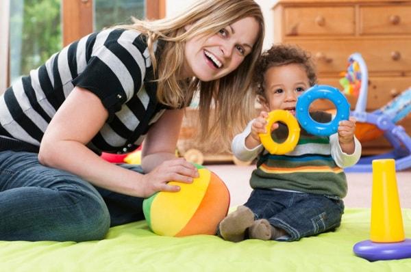 Cuidador jugando con bebé