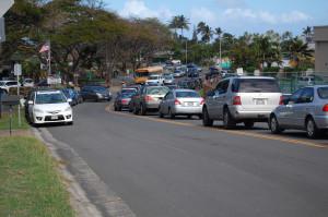 Una alineación de payasos esperando llevar a sus hijos a unas cuadras de la escuela, en una hermosa tarde hawaiana este enero.