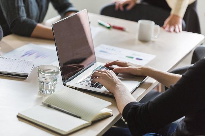 personas con computadoras portátiles trabajando