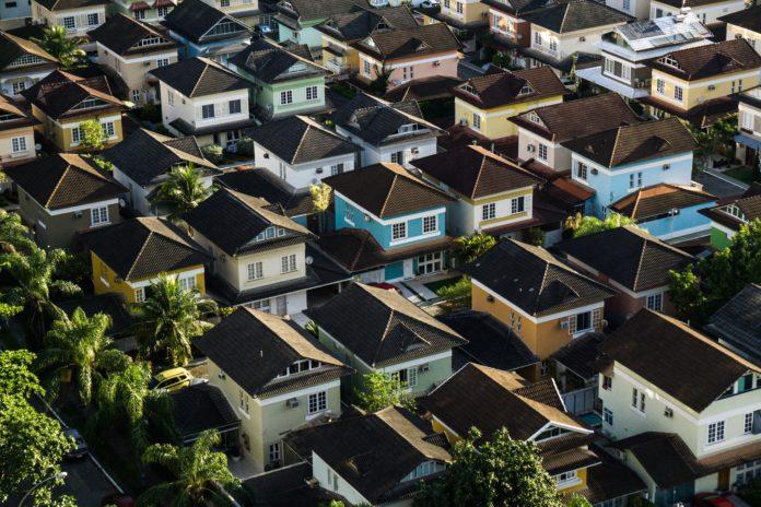 Casas de colores en una fila de inversión inmobiliaria