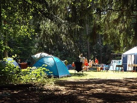 viaje familiar económico para acampar