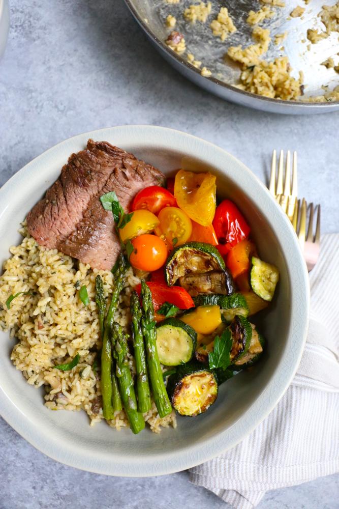 Buscando recetas de presupuesto? Aquí hay 10 comidas fáciles y baratas que debes comenzar a preparar. Sí, estas son comidas baratas que son deliciosas.