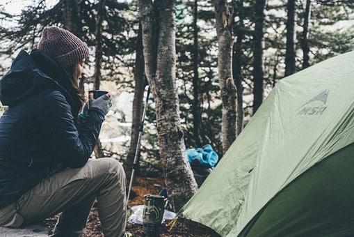 Beber café mientras acampa