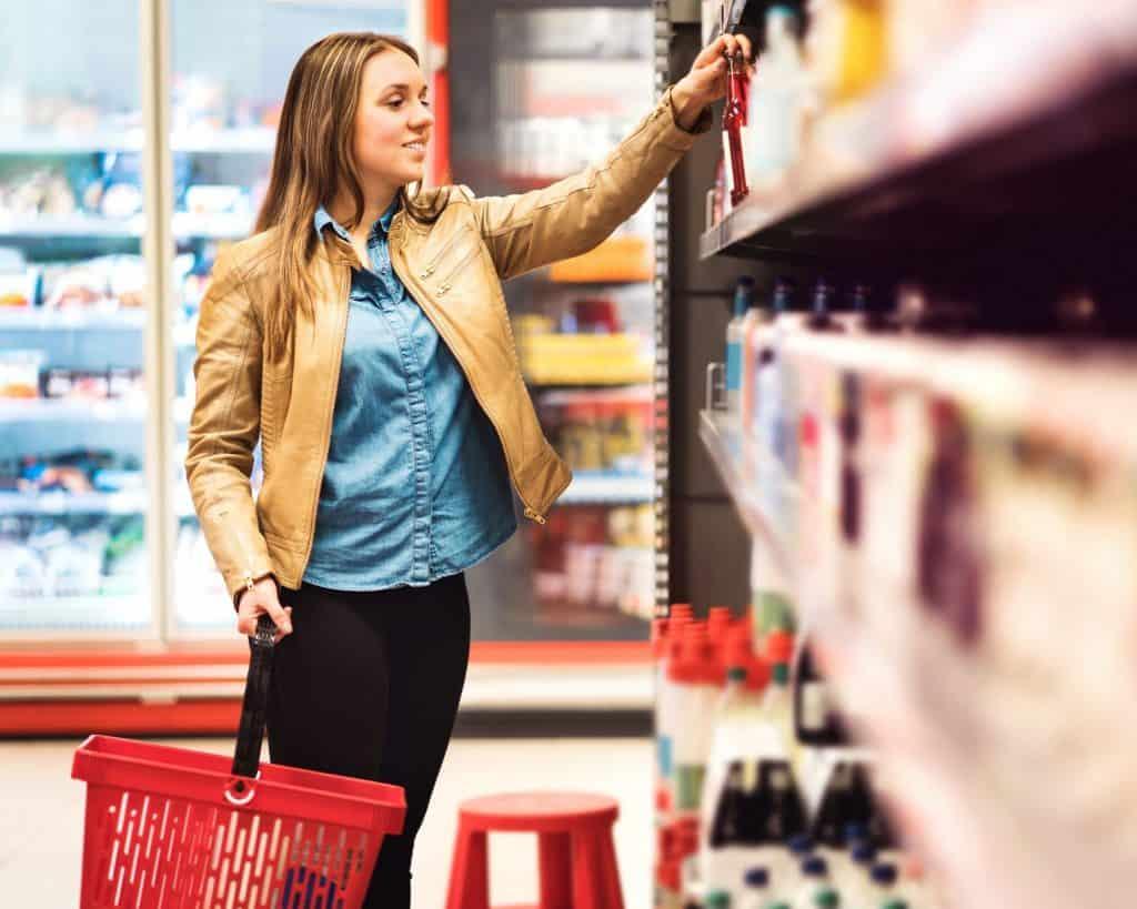 Elegir un artículo del estante de la tienda