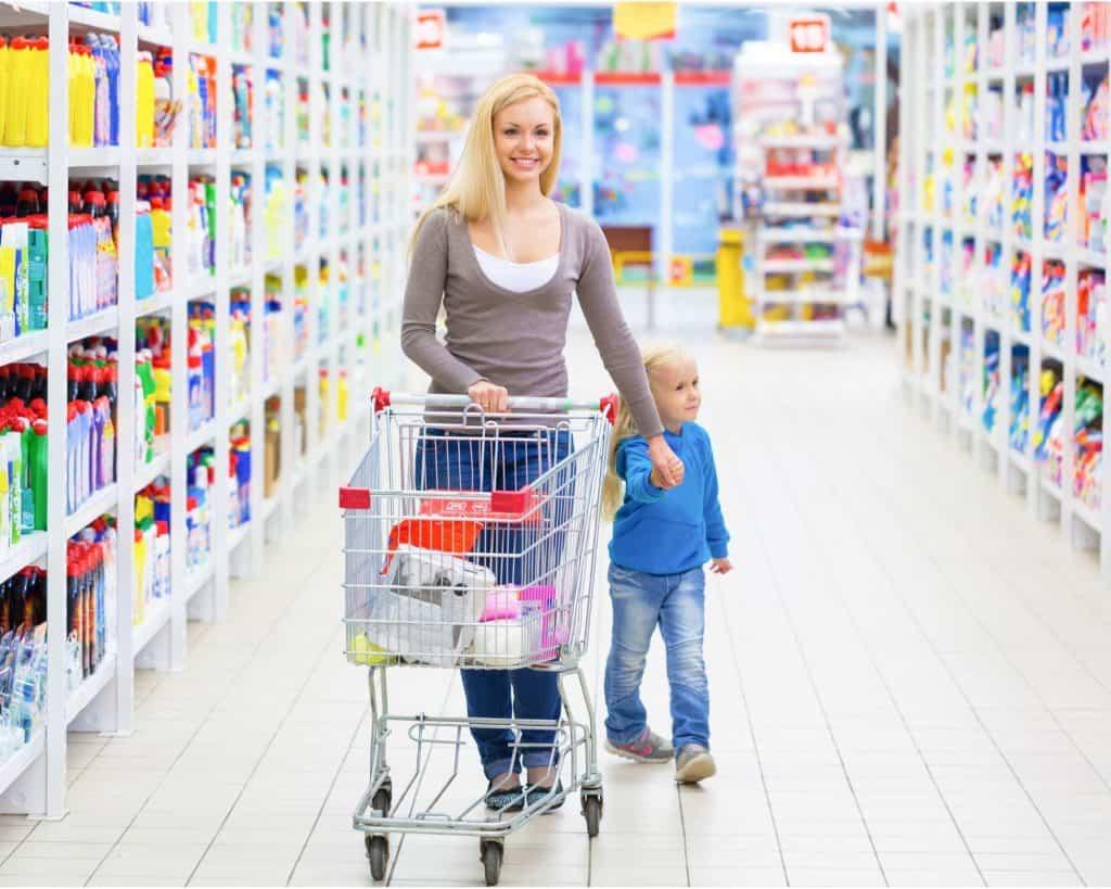Madre e hija de compras en una tienda de comestibles