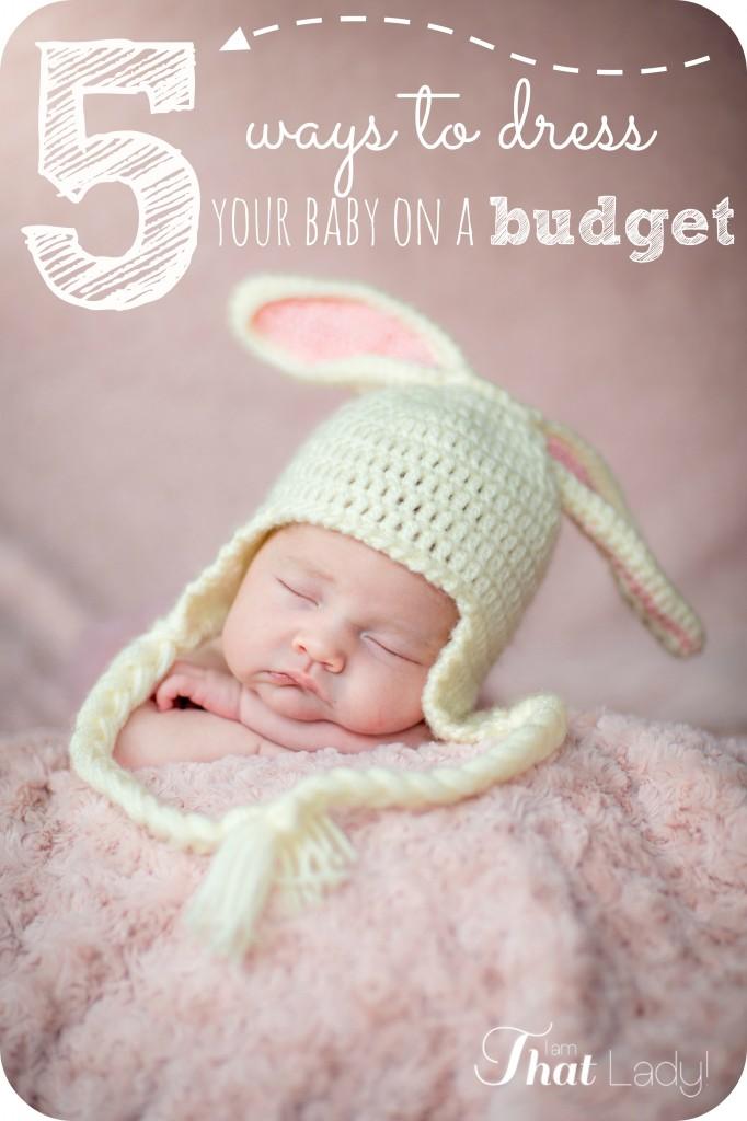 ¿Tiene un nuevo bebé pero le preocupa cuánto dinero le costará? Aquí hay 5 formas de vestir a su bebé con un presupuesto ajustado.