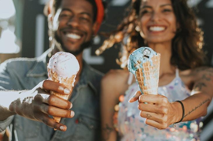un hombre y una mujer con helados