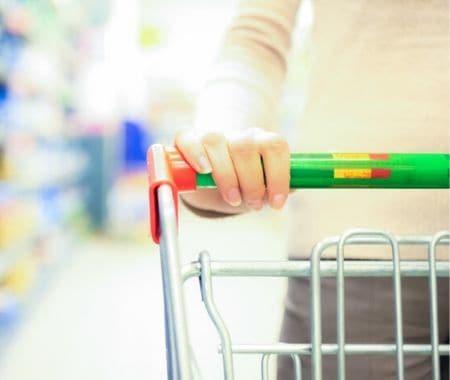 empujando un carrito de supermercado