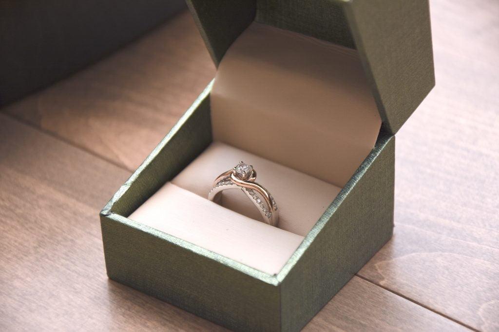 Cómo ahorrar dinero en anillos de compromiso