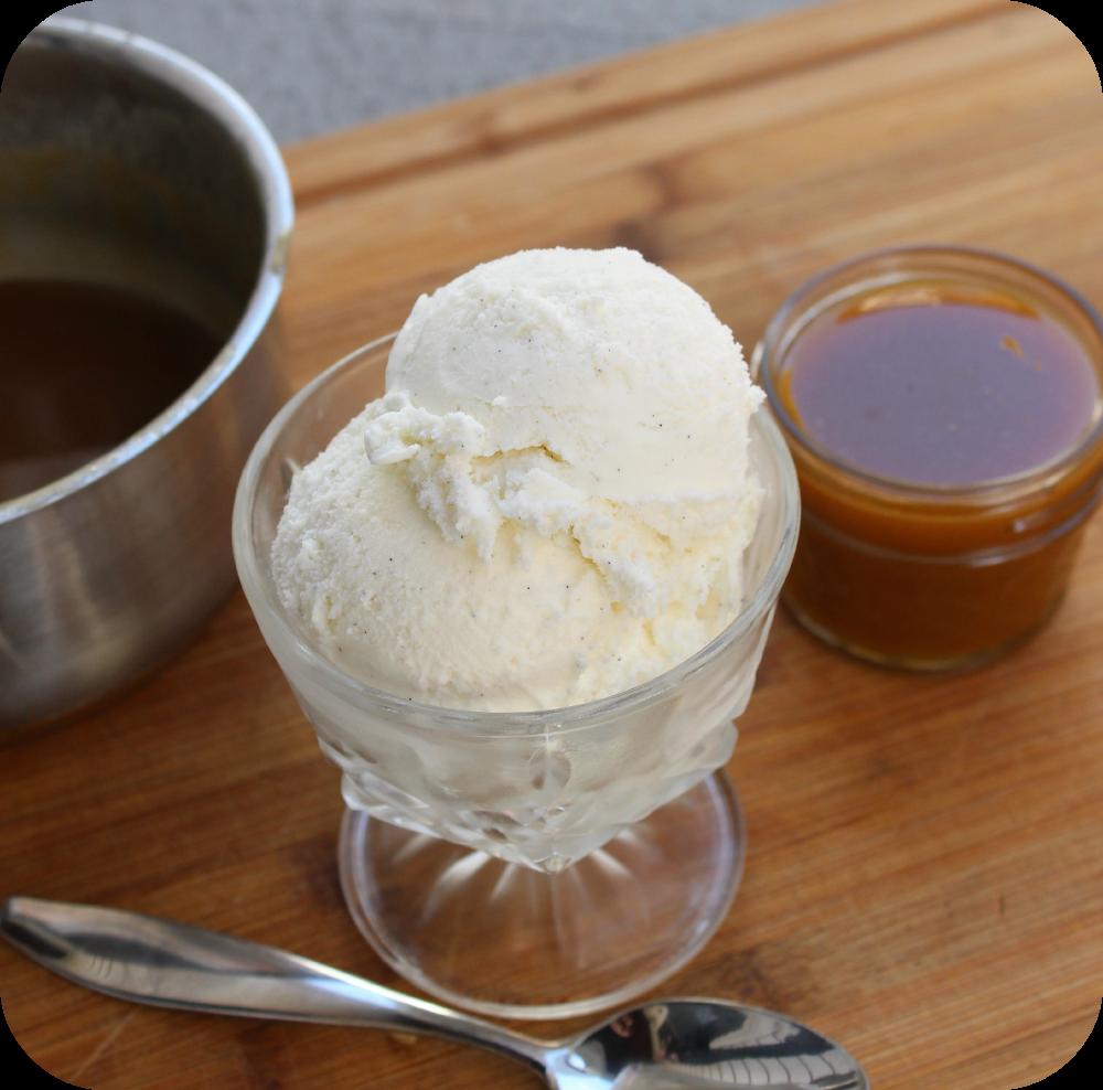 ¿Te preguntas cómo hacer salsa de caramelo casera? ¡Esta es una receta tan fácil y solo usa cuatro ingredientes que probablemente ya tenga en su despensa en este momento! Puedes usar esto sobre helado, pastel de manzana, mezclar con palomitas de maíz, etc. Ve a ver cómo hacer esta receta de salsa de caramelo casera súper simple.