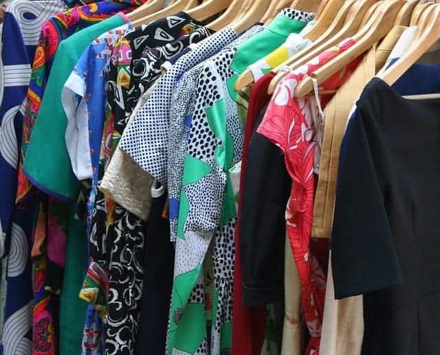 armario lleno de ropa