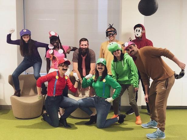 El equipo de diseño de WordStream en disfraces de Halloween