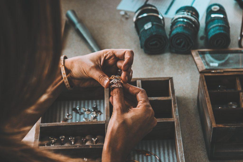 Cómo vender joyas hechas a mano en línea (más de 15 opciones)