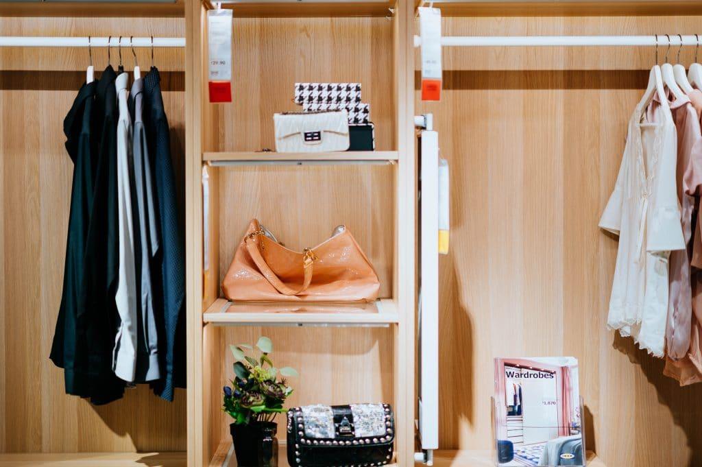 Construya un armario de cápsulas para estresarse menos y ahorrar más