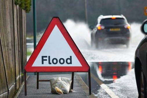 Los hogares galeses afectados por las inundaciones prometieron al menos 500 para ayudar a reparar los daños