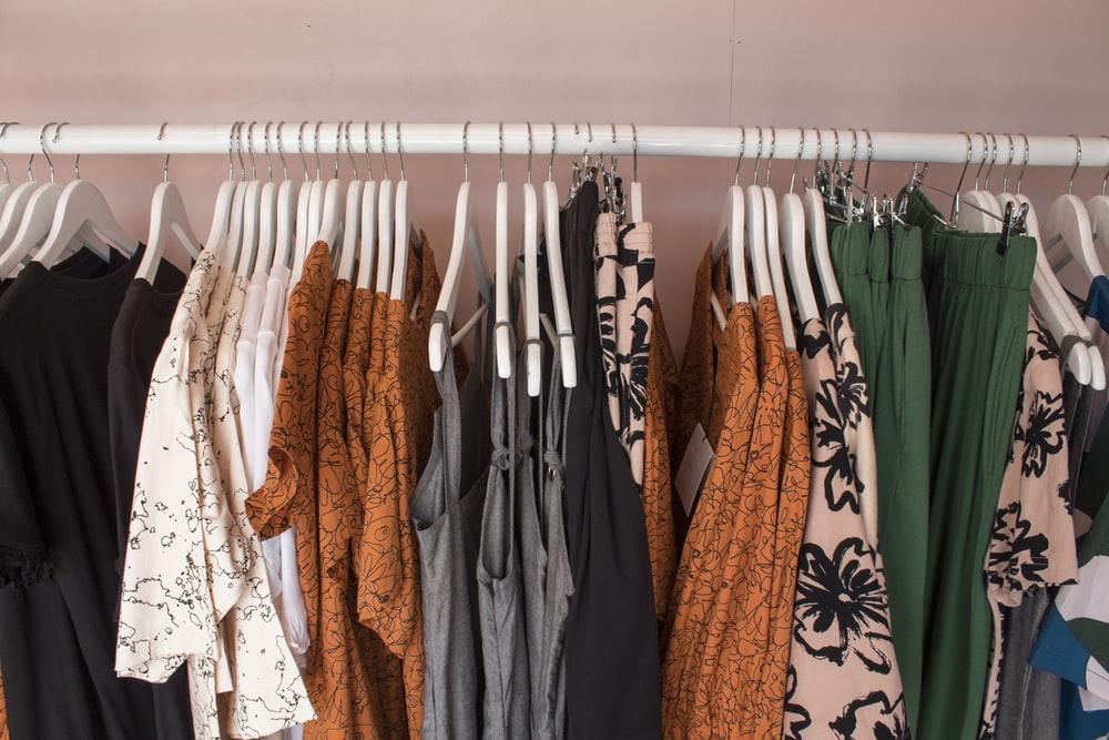 lote de ropa de colores variados