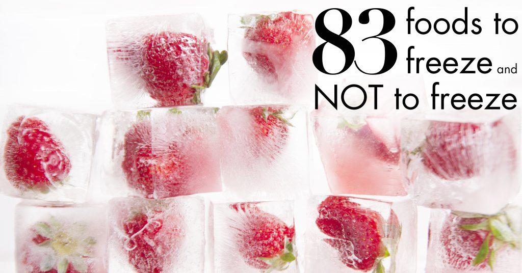 Presentación de una serie de cubitos de hielo con fresas.