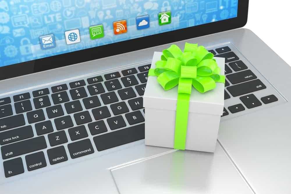 Caja de regalo con cinta en el teclado del ordenador portátil.