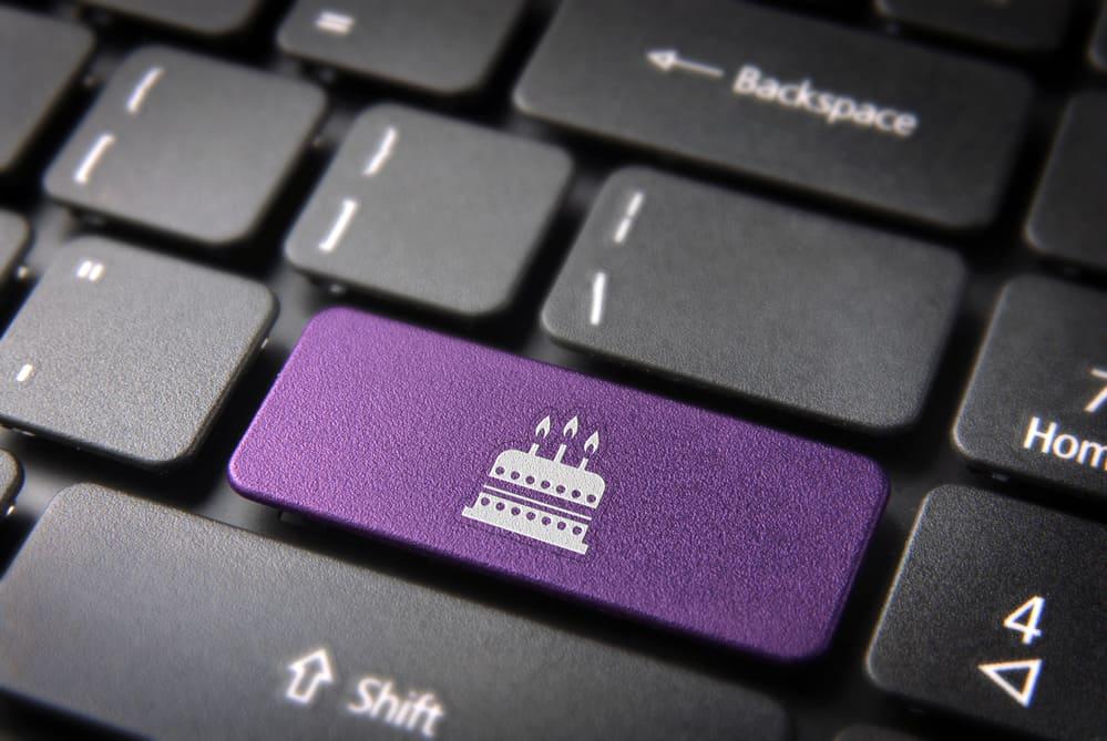 Tecla de entretenimiento con icono de pastel de cumpleaños en el teclado del portátil